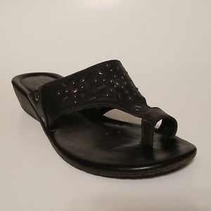 Strictly Comfort Stud Black Sandals Toe Ring